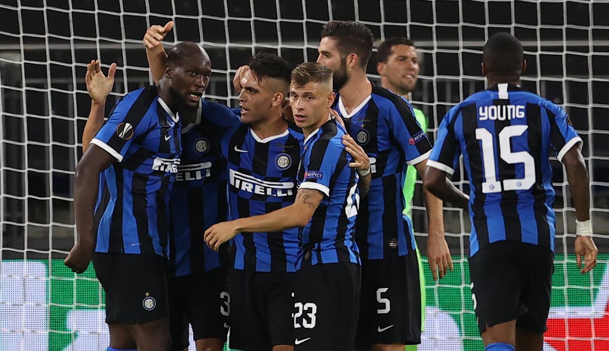 Pemain Inter Milan merayakan gol yang dicetak Romelu Lukaku ke gawang Getafe pada laga 16 besar Liga Europa 2019/2020 di Veltins Arena, Kamis (6/8/2020) dini hari WIB. Inter Milan menang 2-0 atas Getafe. (AFP/Lars Baron/various sources)