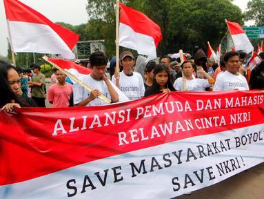 Aliansi Mahasiswa dan Pemuda Relawan Cinta NKRI melakukan demo di depan Istana Negara, Jakarta, Rabu (7/11). Demo ini di lakukan terkait pidato Prabowo Subianto di Boyolali beberapa waktu lalu. (Liputan6.com/JohanTallo)