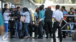 Petugas mengecek tiket pemudik Lebaran di Stasiun Senen, Jakarta, Kamis (30/6). H-7 jelang Hari Raya Lebaran Stasiun Senen mulai dipadati warga yang ingin berlebaran bersama keluarga di kampung halaman. (Liputan6.com/Yoppy Renato)