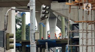 Pekerja menyelesaikan pembangunan proyek jembatan layang atau skybridge untuk integrasi antara Stasiun MRT ASEAN dengan Halte TransJakarta CSW di Jakarta, Sabtu (4/7/2020). Skybridge itu rencananya dibangun lima lantai dan ditargetkan rampung pada akhir 2020. (Liputan6.com/Immanuel Antonius)