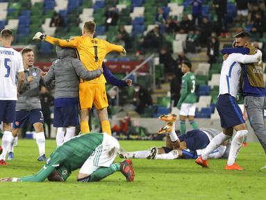 Para pemain Slovakia merayakan kemenangan usai mengalahkan Irlandia Utara pada pertandingan playoff babak semifinal Euro 2020 di Windsor Park, Belfast, Irlandia Utara, Kamis (12/11/2020). Slovakia merebut tiket ke Euro 2020 usai mengalahkan Irlandia Utara 2-1. (AP Photo/Peter Morrison)