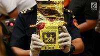 Petugas Bea dan Cukai menunjukkan wujud sabu 1,6 ton yang terbungkus kemasan teh poci di Jakarta Timur, Selasa (27/2). Sabu diangkut kapal MV Min Lian Yu Yun 61870 dari pelabuhan Lian Ziang, Tiongkok, 31 Januari 2018. (Liputan6.com/Immanuel Antonius)