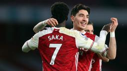 Bukayo Saka. Sayap Arsenal berusia 20 tahun ini mulai dipercaya mengenakan jersey nomor punggung 7 pada awal musim 2020/2021 lalu. Ia mewarisi nomor tersebut dari Henrikh Mkhitaryan. Sebelumnya ia mengenakan nomor punggung 77 sejak kedatangannya pada 2018/2019. (Foto: AFP/Pool/Catherine Ivill)
