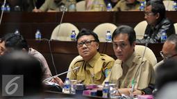 Menteri Dalam Negeri Tjahjo Kumolo saat menghadiri rapat kerja dengan Komisi II DPR, di Kompleks Parlemen, Senayan, Jakarta, Senin (29/2). Rapat tersebut membahas revisi Undang-Undang Nomor 8 Tahun 2015 tentang Pilkada. (Liputan6.com/Johan Tallo)