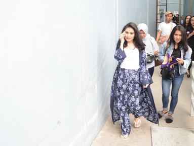 Ayu Ting Ting hanya mengenakan kaos putih serta dibalut dengan outer panjang motif floral, sepasang dengan celananya. Ditambah dengan sandal, membuat tampilannya terlihat simpel saat selesai syuting. (Liputan6.com/IG/ayutingting92)