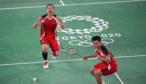 Hasil ini menjadi catatan sejarah bagi ganda putri Indonesia karena untuk pertama kalinya berhasil lolos ke final Olimpiade. (Foto: AP/Dita Alangkara)