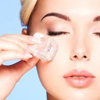 Perawatan facial es batu itu akan lebih efektif dengan tambahan kunyit. (iStockphoto)