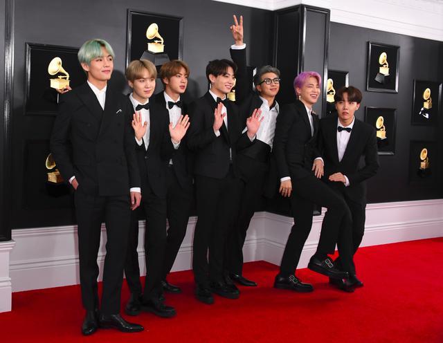 Personel BTS di karpet merah Grammy Awards 2019 di Los Angeles, Amerika Serikat, 10 Februari 2019. (VALERIE MACON / AFP)