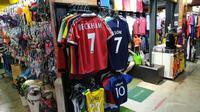 Jersey langka David Beckham saat Bola.com meliput ARRC 2019 di Thailand. (Bola.com/Muhammad Adiyaksa).