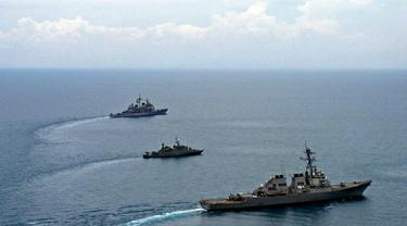 (ilustrasi) Kapal perang di Laut China Selatan (Intelligence Specialist 1st Class John J Torres)