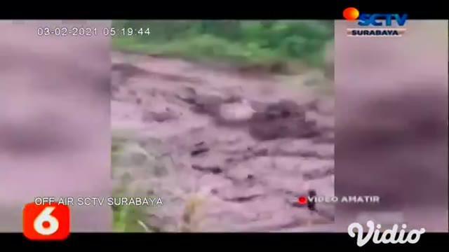 Nampak terlihat dalam video amatir, detik-detik banjir bandang lereng Gunung Ijen di aliran Sungai Blawan, Kecamatan Ijen, Bondowoso, Jawa Timur, pada Senin sore (01/2).