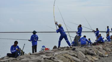 Peserta saat mengambil bagian dalam kompetisi memancing di pantai Banda Aceh (24/11/2019). Sebanyak 1.024 pemancing ikut memeriahkan Banda Aceh Fishing Tournament 2019. (AFP Photo/Chaideer Mahyuddin)