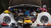 """Aneka miniatur mobil Volkswagen Beetle yang dipajang dalam ajang pertemuan tahunan """"Beetle club"""" di Yakum, Israel tengah (21/4). Dalam pertemuan ini mereka memamerkan mobil Volkswagen Beetle dengan aneka modifikasi. (AP Photo / Oded Balilty)"""