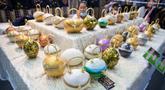 """Aneka kerajinan tangan dipamerkan dalam acara bertajuk """"Hati Terikat Seni dan Kerajinan, Cara Baru Seni Kerajinan Tangan di bawah Perlindungan Kerajaan"""" di Bangkok, Thailand, Selasa (4/8/2020). Pameran menampilkan karya seni buatan artisan ahli, pengrajin, dan pewaris budaya. (Xinhua/Zhang Keren)"""