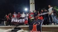 Aksi doa bersama yang dilakukan suporter Persis di Monumen Kebangkitan Nasional untuk Ferry Anto (24/6/2019). (Bola.com/Vincentius Atmaja)