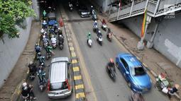 Kendaraan terjebak kemacetan akibat penutup selokan ambles di kolong Manggarai, Jakarta, Kamis (14/3). Amblesnya penutup selokan mempersempit jalan hingga menyebabkan kemacetan. (merdeka.com/Iqbal Nugroho)