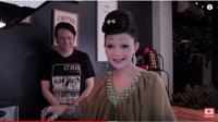 Aksi Kocak Rina Nose Bikin Resep Murah dan Sehat Bareng Suami. foto: Youtube @'Rina Josscy