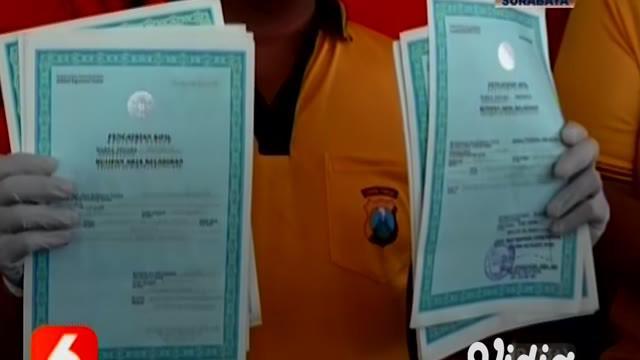 Enam orang sindikat pemalsu dokumen negara yang beroperasi di Kabupaten Banyuwangi, diringkus polisi. Sindikat ini bisa melayani pembelian Kartu Keluarga (KK) hingga Akta Cerai.
