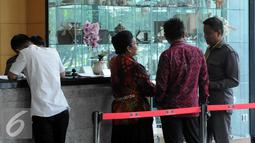Mantan Menkes Siti Fadilah berbincang dengan kuasa hukumnya di dalam gedung KPK, Jakarta, Senin (7/3). Siti sebelumnya sudah dua kali dipanggil oleh KPK namun beliau mangkir dan sekarang baru bisa hadir memenuhi panggilan. (Liputan6.com/Helmi Afandi)
