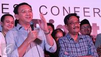 Basuki Tjahaja Purnama (Ahok) bersama Djarot Saiful Hidayat memberikan ucapan selamat kepada Anies-Sandi yang menang versi hasil hitung cepat Pilkada DKI 2017, Jakarta, Rabu (14/4). (Liputan6.com/Angga Yuniar)