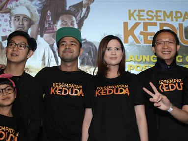 Para pemain film Kesempatan Keduda berpose saat peluncuran trailer dan poster di Jakarta, Senin (10/9). Poster film ini menampilkan warna cerah dan foto pemain utama yatu Raffi Ahmad, Zizan Razak, dan Cut Meyriska. (Liputan6.com/Herman Zakharia)