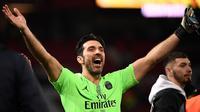 Kiper PSG, Gianluigi Buffon, setelah duel kontra Manchester United di Old Trafford, Rabu dini hari WIB (13/2/2019). (AFP/Franck Fife)
