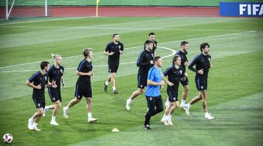 Pemain Kroasia, Luca Modric (depan tengah) bersama rekan setimnya lari-lari kecil saat sesi latihan di Lapangan Luzhniki, Moskow, Rusia, Senin (9/7). Kroasia akan menghadapi Inggris pada laga semifinal Piala Dunia 2018. (Alexander NEMENOV/AFP)