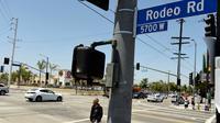 Pejalan kaki berjalan di area Rodeo Road, Los Angeles, Rabu (28/6). Presiden Dewan Kota Los Angeles akan mengganti sebuah jalan di distriknya dari Rodeo Road dengan nama mantan Presiden Amerika Serikat (AS) Barack Obama. (AP Photo/Chris Pizzello)