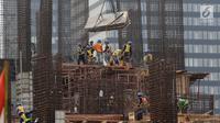 Pekerja tengah mengerjakan proyek pembangunan gedung bertingkat di Jakarta, Sabtu (15/12). Bank sentral memperkirakan pertumbuhan ekonomi Indonesia tahun ini berada di kisaran 5,1 persen hingga 5,2 persen. (Liputan6.com/Angga Yuniar)