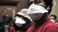 "Aktivis Koalisi Inisiatif Bersihkan Udara Koalisi Semesta (Ibu kota) menghadiri sidang perdana gugatan polusi udara di Jakarta di PN Jakarta Pusat, Kamis (1/8/2019). Mereka mengenakan masker dan pakaian kaus berwarna merah bertuliskan ""Jakarta vs Polisi Udara"". (merdeka.com/Iqbal S Nugroho)"