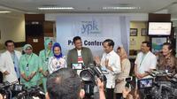 Presiden Joko Widodo (Jokowi) dan Bobby Nasution dalam jumpa pers kelahiran Kahiyang Ayu di RS YPK Menteng, Jakarta, Rabu (1/8). Kahiyang melahirkan bayi perempuan dengan berat badan 3,4 kg dan panjang 49 cm. (Liputan6.com/Pool/Kris - Biro Pers Setpres)