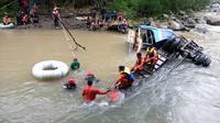Petugas harus menyelam untuk mencari keberadaan korban yang diduga masih terjebak di dalam Bus Sriwijaya, yang jatuh ke jurang Sungai Lematang Pagar Alam Sumsel (Dok. Humas Basarnas Palembang / Nefri Inge)