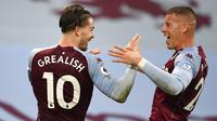 Pemain Aston Villa, Jack Grealish melakukan selebrasi bersama Ross Barkley, usai mencetak gol ke gawang Liverpool pada laga Liga Inggris di Stadion Villa Park, Minggu (4/10/2020). Liverpool takluk dengan skor 7-2. (Peter Powell/Pool via AP)