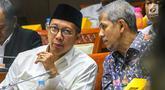 Menteri Agama Lukman Hakim Saifuddin berbincang dengan Kepala BPKH Anggito Abimanyu saat mengikuti Rapat Dengar Pendapat (RDP) dengan Komisi VIII DPR RI di Kompleks Parlemen, Senayan, Jakarta, Selasa (23/4). RDP membahas penambahan jumlah kuota haji tahun 1440 H/ 2019 M. (Liputan6.com/Johan Tallo)