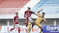 Aksi pemain Bali United, Gavin Kwan Adsit (dua dari kanan), pada laga kontra PSIM Yogyakarta pada rangkaian Tour De Java, Senin (14/6/2021). (Media Bali United)