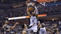 Bintang Memphis Grizzlies Vince Carter (tengah) melakukan slam dunk pada putaran pertama Wilayah Barat play-off NBA melawan San Antonio Spurs,  April 2017. Carter mengaku ingin bermain dua musim lagi. (AP Photo/Brandon Dill)