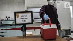 Tim medis menerima sampel Swab Test dari pihak Puskesmas di Laboratorium Kesehatan Daerah (Labkesda) DKI Jakarta, Selasa (4/8/2020). Labkesda DKI yang berjejaring dengan 47 lab se-Jakarta dalam sehari mampu menguji hampir 10.000 spesimen Covid-19 dengan metode PCR. (merdeka.com/Iqbal Nugroho)