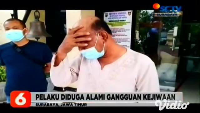 Tanpa diketahui sebabnya, seorang pria PR (55) di Surabaya, tiba-tiba menyiramkan bensin ke seorang pengendara sepeda motor di tempat tambal ban. Pelaku langsung menyalakan korek api dan membakar tubuh korban.