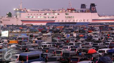 Kapal Salvatore siap mengangkut para pemudik di Pelabuhan Merak, Banten, Rabu, (15/7/2015). Total pemudik yang menyebrang 124.606 pemudik, 9.860 roda empat, 19.197 roda dua. (Liputan6.com/JohanTallo)