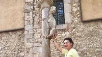 Bella Saphira ikut memegang bokong patung singa saat berkunjung ke Girona, Spanyol (Dok.Instagram/@bellasaphiraofficial/https://www.instagram.com/p/CFMQk3mnuFq/Komarudin)