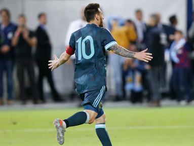 Megabintang timnas Argentina, Lionel Messi merayakan gol yang dicetak ke gawang timnas Uruguay dalam laga persahabatan di Stadion Bloomfield, Tel Aviv, Israel, Senin (18/11/2019). Skor berakhir 2-2, dengan penalti Lionel Messi menghindarkan timnas Argentina  dari kekalahan. (AP/Ariel Schalit)