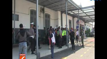Petugas memeriksa identitas maupun barang bawaan calon penumpang yang hendak bepergian dengan kereta api.