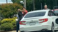 Dua warga AS berkelahi di pom bensin di tengah masalah pasokan BBM. Wanita dalam video meludah ke si pria. Dok: Instagram @shaaddeez