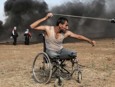 Dengan Kursi Roda, Pria Palestina ini Ikut Bertempur di Jalur Gaza