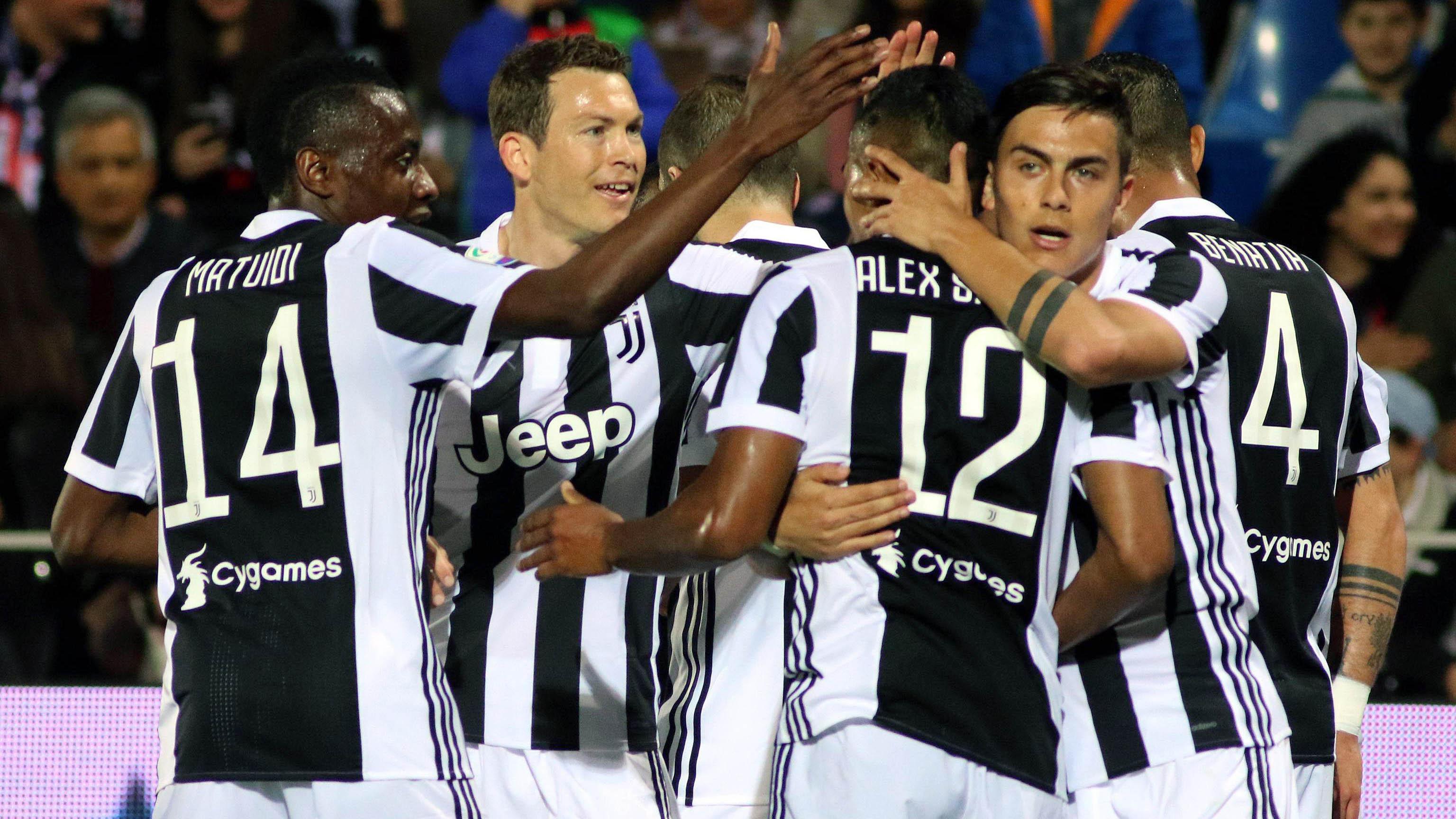 Para pemain Juventus merayakan gol yang dicetak oleh Alex Sandro ke gawang Crotone pada laga Serie A di Stadion Ezio Scida, Kamis (19/4/2018). Juventus ditahan imbang 1-1 oleh Crotone. (AP/Albano Angilletta)