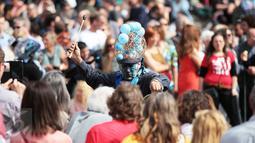 Aksi peserta parade Zinneke di pusat kota Brussels, Belgia, (22/5). Kegiatan ini juga sebagai sarana untuk mempertemukan para penyuka seni untuk berkumpul dan beraksi di parade Zinneke. (Arie Asona)