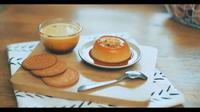 Resep Puding Biskuit Karamel untuk Teman Berbuka Puasa. (dok. screenshot vidio.com/kokiku.tv)
