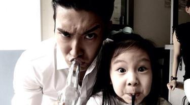 Pria kelahiran 10 Februari 1987 ini selalu menghabiskan waktu bersama keponakannya di sela-sela kesibukannya. (Liputan6.com/twitter/@siwonchoi)