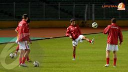 Begitu tiba di Stadion GBK Jakarta para pemain Timnas Kyrgyzstan langsung melakukan pemanasan (Liputan6.com/ Helmi Fithriansyah)