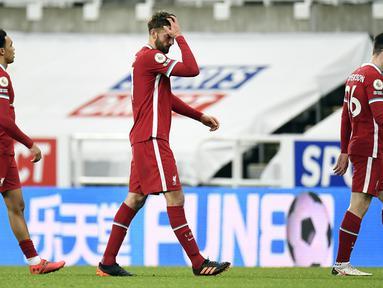 Bek Liverpool, Nathaniel Phillips (tengah) dan rekan setim meninggalkan lapangan usai berakhirnya laga lanjutan Liga Inggris 2020/21 pekan ke-16 melawan Newcastle United di St James' Park, Rabu (30/12/2020). Liverpool bermain imbang 0-0 dengan Newcastle United. (AFP/Peter Powell/Pool)